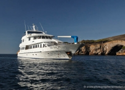 cruiser-boat-1871-galapagos-copyright-photographers-on-safari-com